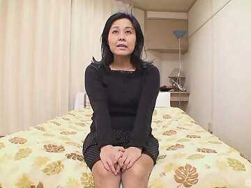 Asian amateur Mako Anzai gets her pussy fucked on the bed